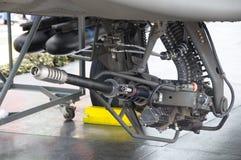 在战斗直升机下的30mm链枪自动大炮 免版税图库摄影