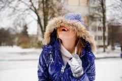在战斗以后的笑的少妇由雪球 免版税图库摄影