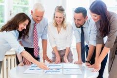在战略会议谈论的企业队 免版税库存照片