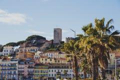 在戛纳`老镇Suquet塔和Vieux Po的Pantiero地区 免版税图库摄影