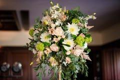 在户内背景的美丽的花卉装饰 免版税库存图片