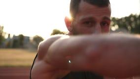 在户外体育场的活跃,恼怒的男性拳击手训练过程 人拳击的画象与无形的对手的 影视素材