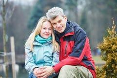 在户外公园的年轻成人夫妇 库存照片