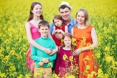 在户外夏天领域的大家庭 库存图片
