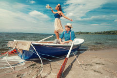 在户外小船的夫妇 免版税库存照片