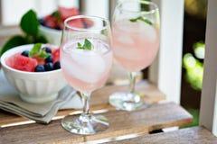 在户外桌上的冷的西瓜饮料 免版税库存照片