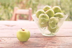 在户外桌上的绿色苹果 免版税图库摄影