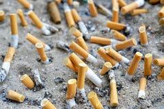 在户外烟灰缸的香烟 免版税库存图片