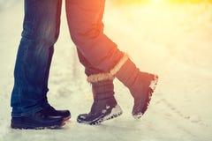 在户外爱的夫妇在冬天 免版税图库摄影