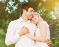 在户外爱的浪漫年轻夫妇 免版税库存照片