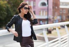在户外白色衬衣的白种人女性模型 免版税库存照片