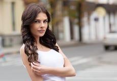 在户外白色衬衣的白种人女性模型 免版税图库摄影