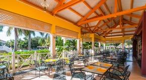 在户外美好的阳光下午和午餐一种手段的一个开放餐厅在巴拉德罗角,古巴 库存图片