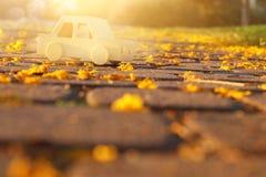 在户外路的老木玩具汽车在日落的公园 乡情和朴素概念 库存图片