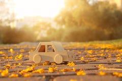 在户外路的老木玩具汽车在日落的公园 乡情和朴素概念 库存照片