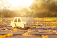 在户外路的老木玩具汽车在日落的公园 乡情和朴素概念 免版税库存照片