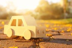 在户外路的老木玩具汽车在日落的公园 乡情和朴素概念 图库摄影