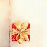 在户外雪的礼物盒 免版税图库摄影