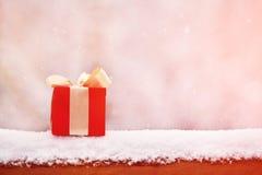 在户外雪的礼物盒 免版税库存图片