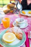 在户外餐馆的鲜美传统开胃美味的早餐 新鲜的咖啡和新月形面包 免版税库存图片