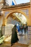 在房子之间的狭窄的街道在索维拉麦地那  摩洛哥 库存照片