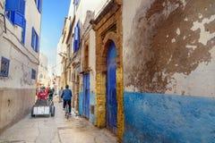 在房子之间的狭窄的街道在索维拉麦地那  摩洛哥 免版税库存图片