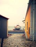 在房子之间的小船 免版税库存照片