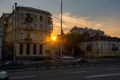 在房子之间的日落在Podil,乌克兰, Kyiv 社论 08 03 2017年 库存照片