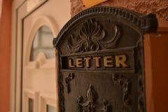 在房子前门-特写镜头附近的信箱 库存图片