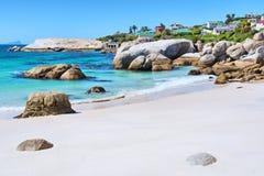在房子前面的多岩石的海滩 免版税库存图片