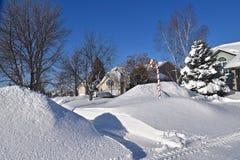 在房子前面的巨大的随风飘飞的雪 免版税图库摄影