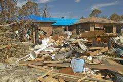 在房子前面的残骸大量地击中了 库存图片