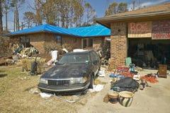 在房子前面的残骸由飓风伊冯沉重击中了在彭萨科拉佛罗里达 图库摄影