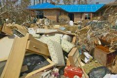 在房子前面的残骸由Hurricane大量地击中了 库存图片
