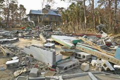 在房子前面的残骸由Hurricane大量地击中了 免版税图库摄影