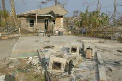 在房子前面的残骸由Hurricane大量地击中了 图库摄影