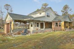 在房子前面的残骸由Hurricane大量地击中了 免版税库存照片