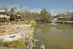 在房子前面的盐水湖和残骸 库存图片
