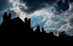 在房子剪影的天空  库存图片