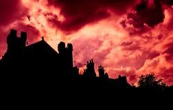 在房子剪影的天空  免版税库存照片