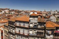在房子和屋顶的看法在波尔图,葡萄牙 库存照片