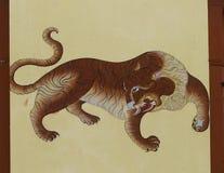 在房子墙壁上的老虎绘画在Paro,不丹街道  免版税库存照片
