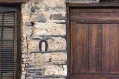 在房子墙壁上的马掌  免版税库存照片