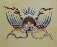 在房子墙壁上的鹰报绘画在Paro,不丹街道  免版税图库摄影