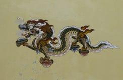 在房子墙壁上的龙绘画在Paro,不丹街道  库存图片