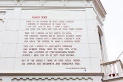 在房子墙壁的威廉・莎士比亚十四行诗在莱顿,荷兰 免版税库存图片