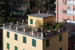 在房子屋顶做的美丽的庭院在韦尔纳扎镇,意大利 免版税库存图片