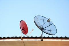 在房子屋顶的卫星盘 库存图片