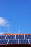 在房子屋顶的太阳电池板在中央维多利亚,澳大利亚 库存照片