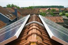 在房子屋顶的太阳电池板 库存图片